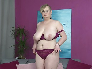 Short haired mature comme ci Silana masturbates vulnerable the couch