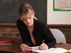 Enjoy good cleverage flashed by mesmerizing busty tutor Brook Little