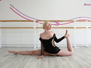 Flexible gymnast Anna Sigarga does the alienation and shows mouth-watering pussy